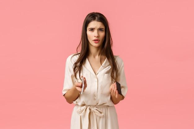 Troublée et inquiète, une jeune femme frustrée ne peut pas comprendre ce qui s'est passé
