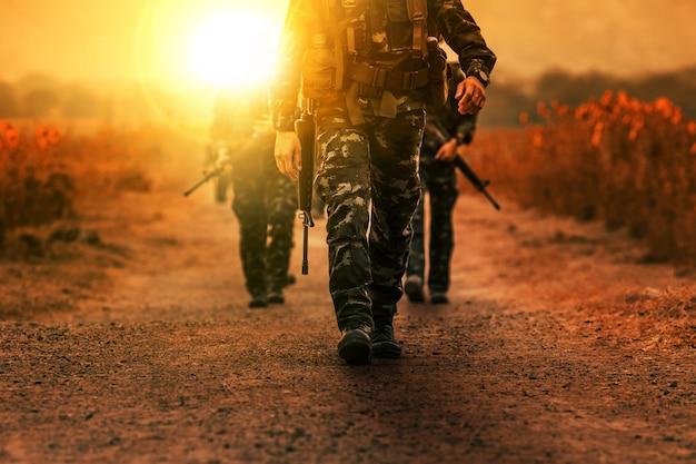 Troupe de l'armée militaire patrouille à long terme