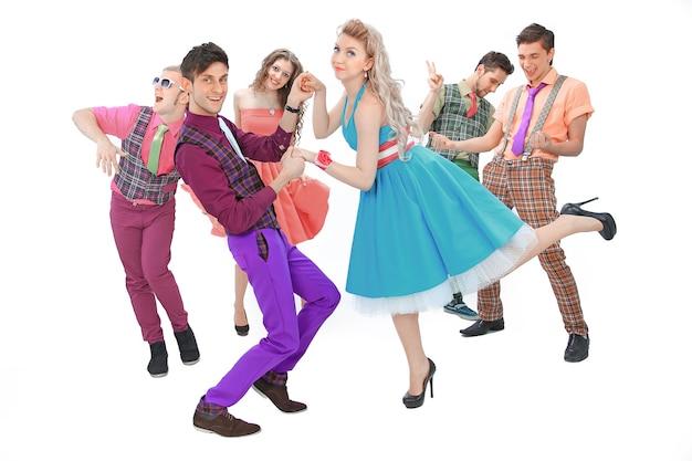 Troupe de danse de la jeunesse en costumes rétro. isolé sur un mur blanc