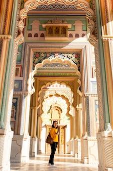 Trourist femme asiatique debout à la porte patrika à jaipur, rajasthan en inde.