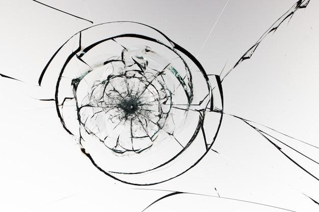 Trous de boules en verre sur fond blanc