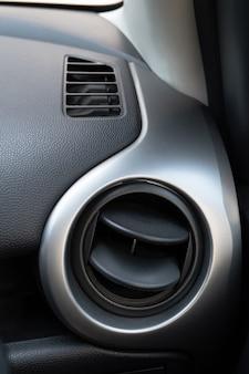 Trous de climatisation dans la voiture. ventilation d'air à l'intérieur du poste de conduite.