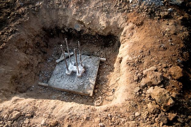 Trous avec pieu de fondation, préparés avant la construction d'une maison.