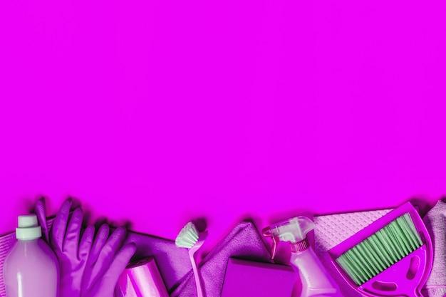 Trousse de ménage violette pour le nettoyage de printemps.