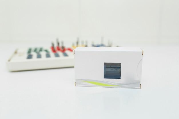 Trousse à outils de prothèse dentaire sur blanc