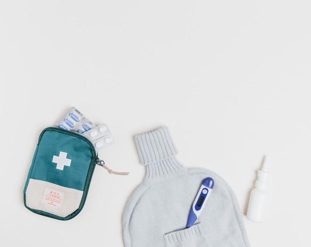 Trousse de secours et équipement médical sur blanc
