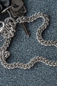 Un trousseau et une clé avec écriture