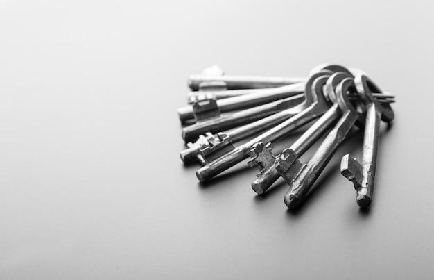 Trousseau de clés isolé sur gris