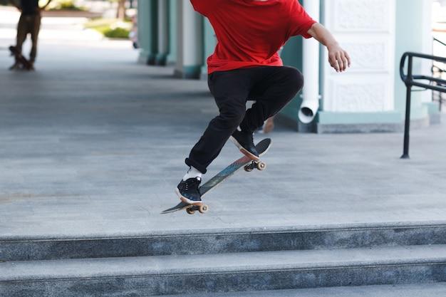 Truc de patinage jeune garçon sur planche à roulettes en ville