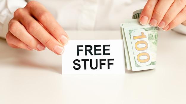 Trucs gratuits, message sur carte blanche et attente par femme d'affaires, blanc
