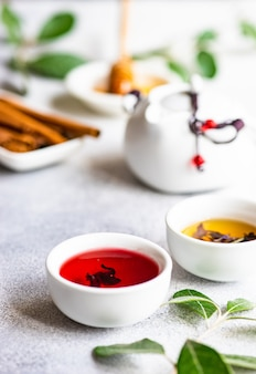 Trucs de thé sur fond de pierre