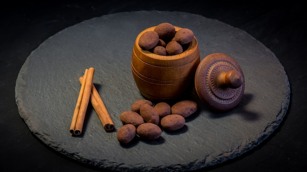 Truffe au chocolat. bonbons au chocolat aux truffes avec poudre de cacao. assortiment de truffes gourmandes faites par un chocolatier.des morceaux de chocolat et de grains de café