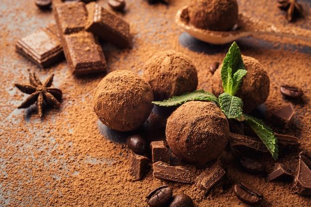 Truffe au chocolat, bonbons au chocolat à la truffe avec de la poudre de cacao.balles énergétiques fraîches faites maison avec du chocolat.truffes assorties gastronomiques faites par le chocolatier.