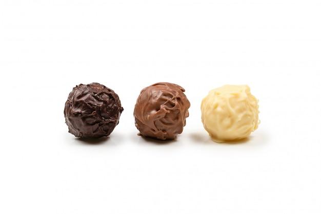 Truffe au chocolat isolé sur blanc