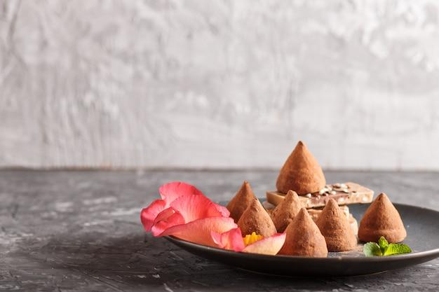 Truffe au chocolat avec morceau de chocolat au lait sur plateau en céramique bleu