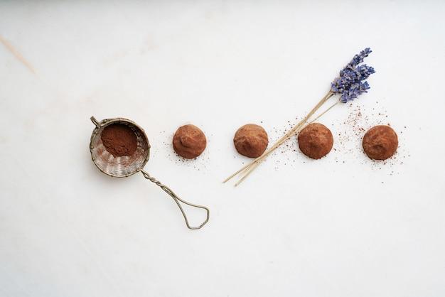 Truffes au chocolat et aux fleurs