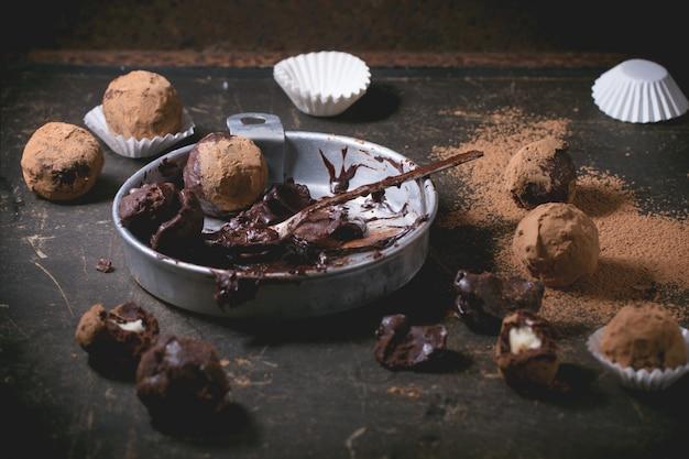 Truffes au chocolat sur béton