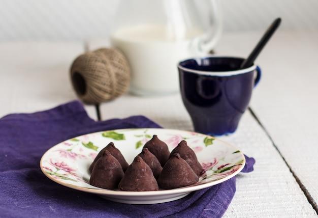 Truffes au chocolat bonbon sucré sur fond blanc
