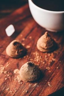 Truffes au chocolat maison enrobées de café noir