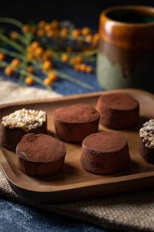 Truffes au chocolat sur une plaque en bois