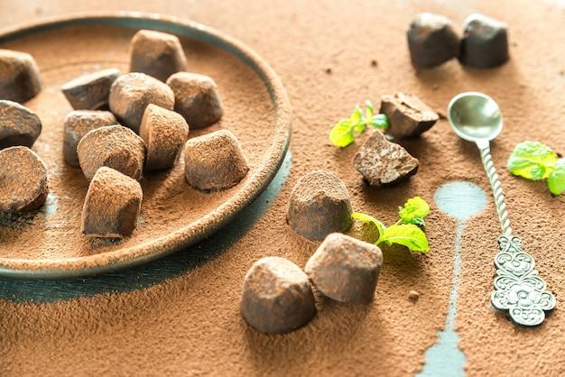 Truffes au chocolat sur table en poudre de cacao
