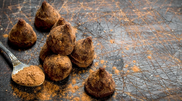 Truffes de bonbons au chocolat. sur un fond en bois.