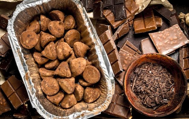 Truffes, pépites de chocolat et morceaux de différents chocolats.