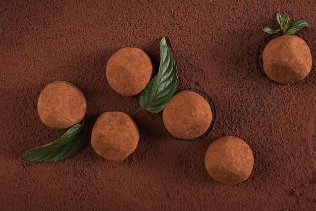 Truffes vue de dessus avec de la poudre de cacao