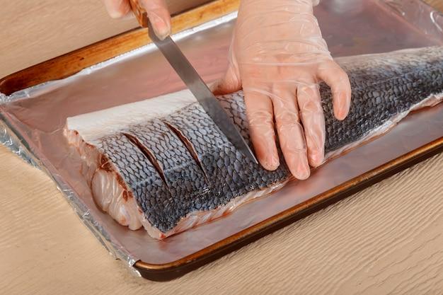 Truites crues pêchent les coupes sur le poisson pour la cuisson