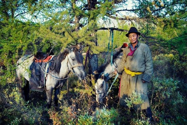Tsaatan nomade ou dukha (peuple des rennes) du nord de la mongolie