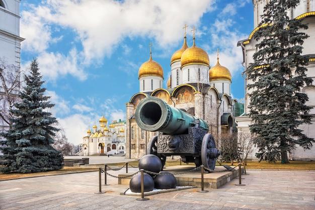 Tsar cannon dans le kremlin de moscou, la cathédrale de l'assomption et la cathédrale de l'annonciation