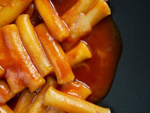 Le tteokbokki ou gâteau de riz chaud et épicé corée image vue de dessus de la nourriture.