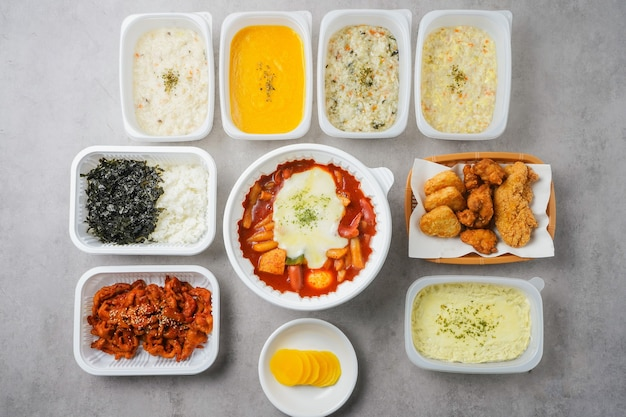 Tteokbokki (gâteau de riz épicé coréen) isolé sur fond blanc