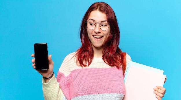 Tty étudiante femme montrant son écran de cellule