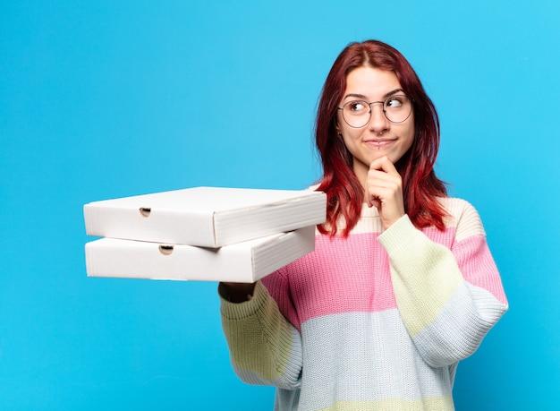 Tty femme avec des boîtes de pizza à emporter