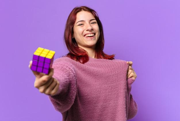 Tty femme avec un défi de jouet d'intelligence