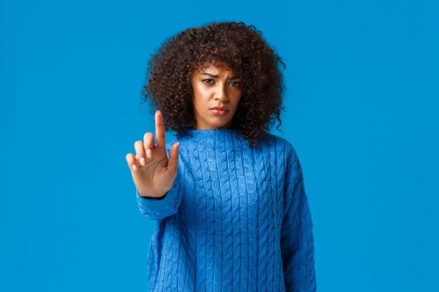 Tu devrais arrêter. ami inquiet demandant d'arrêter de fumer, mauvaise santé. jeune petite amie inquiète afro-américaine contrariée avec coupe de cheveux afro