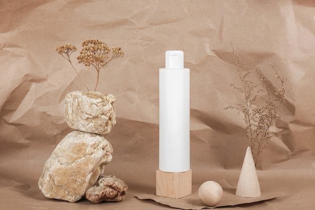 Un tube cosmétique blanc vierge avec de la crème