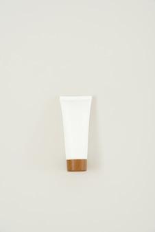 Tube de crème avec un bonnet marron