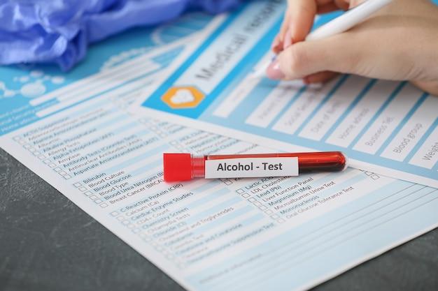 Tube à essai avec échantillon de sang d'homme ivre sur table en clinique