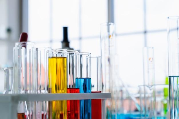 Tube à essai scientifique closeup dans la salle des sciences