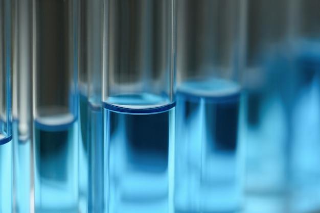 Tube à essai de verre déborde de solution liquide de potassium