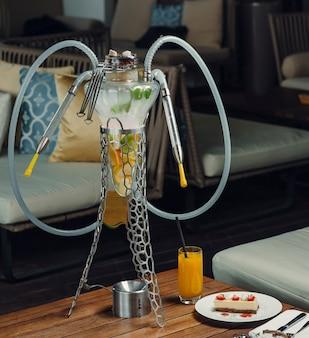 Tube de narguilé aux fruits avec orange, pomme, citron en verre avec support en métal