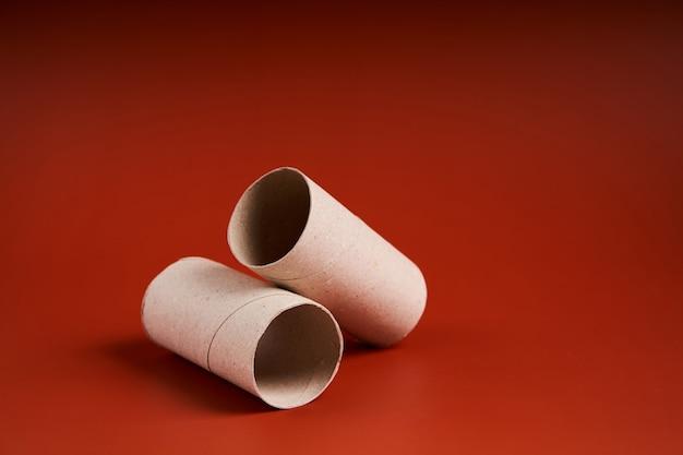Un tube de papier toilette en carton vide se bouchent.