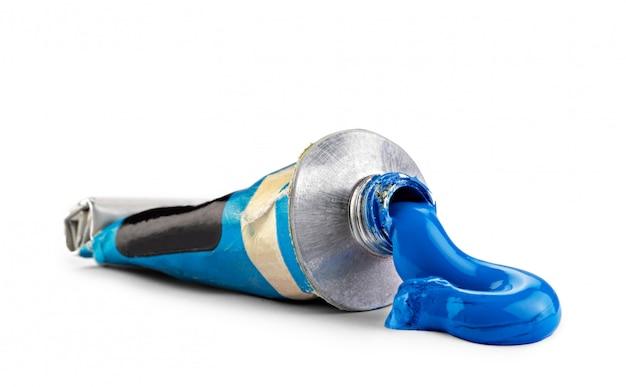Un tube avec de la peinture à l'huile bleue