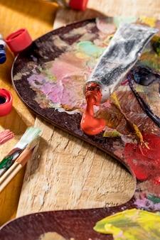 Tube de peinture sur palette avec pinceaux