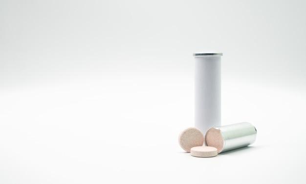 Tube de tables effervescentes avec étiquette vierge et espace de copie
