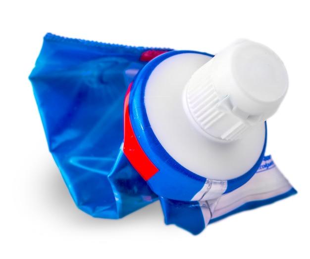 Tube utilisé de dentifrice isolé sur fond blanc
