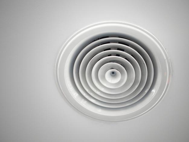 Tube de ventilation d'air installé au plafond de l'immeuble de bureaux.