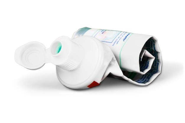 Tube vide de dentifrice sur fond blanc